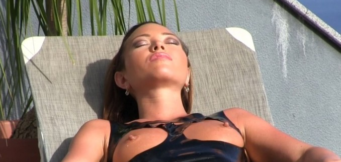 VIDEO: Sunbathing in Black Latex
